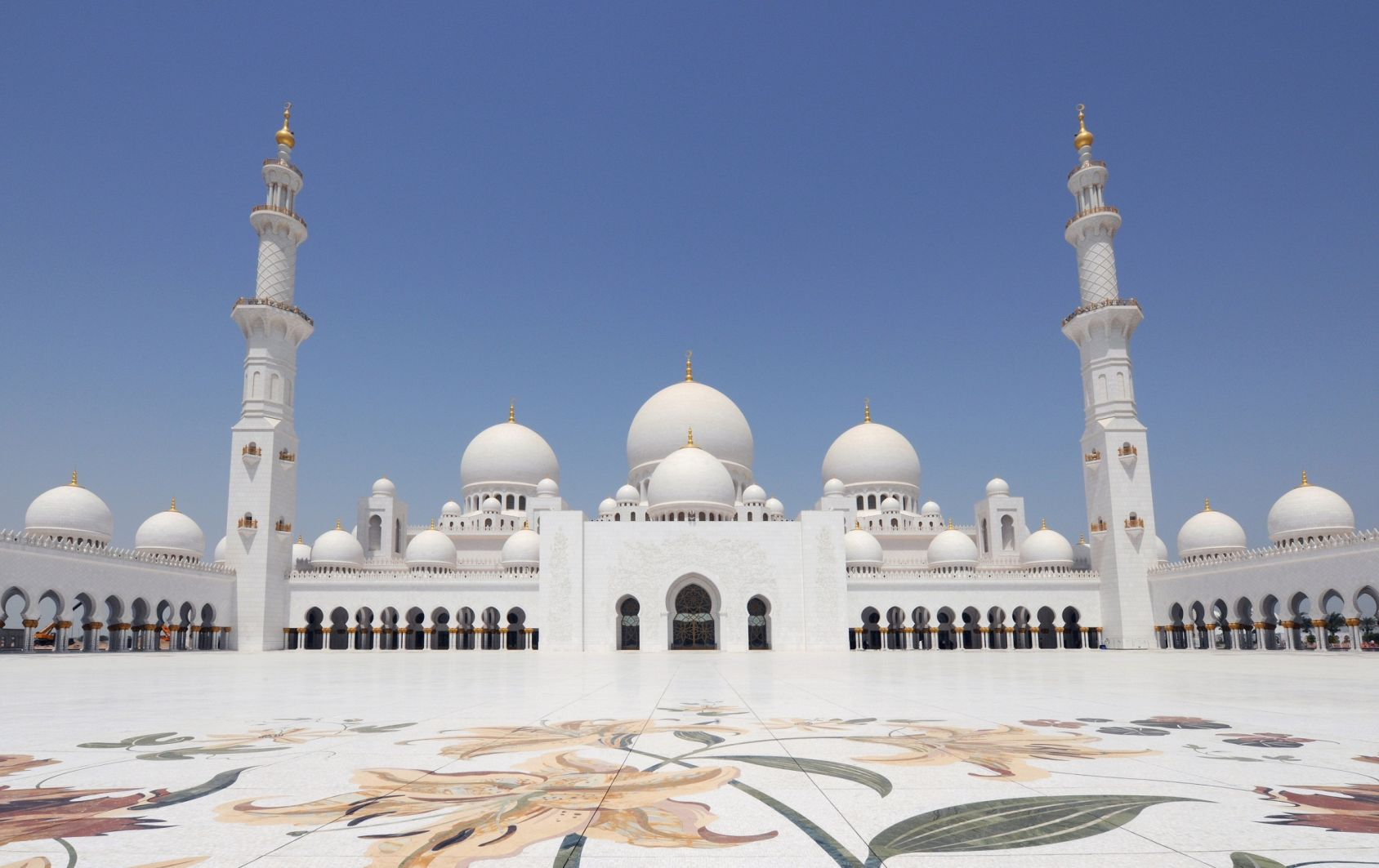 Brimming with intriguing culture, breath-taking architecture, and top-notch luxury, Abu Dhabi keeps drawing travelers from across the globe into the heart of the Emirates.